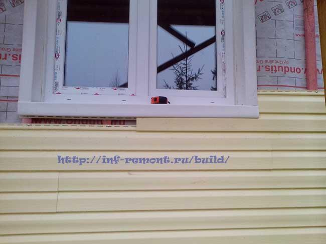 смонтированная под окном панель сайдинга