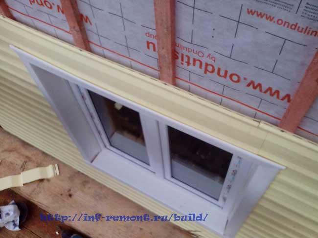 облицовка сайдингом периметра с окном, панель над окном