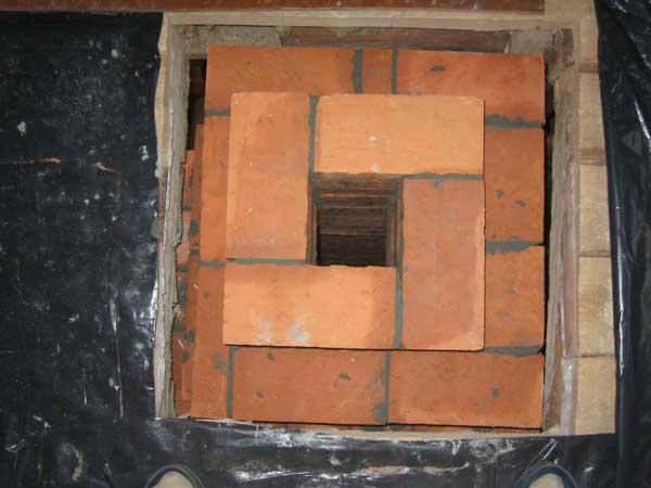 Дымоход на выходе небольшого диаметра.  Стенки дымохода выложены в два слоя кирпича.