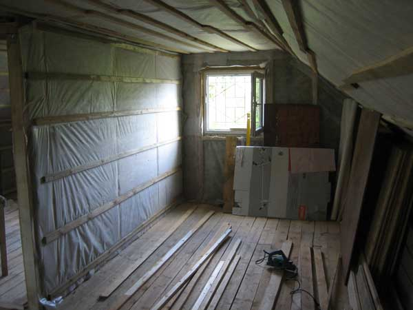 Готовая утепленная стена на чердаке