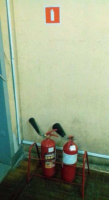 расположение огнетушителей на полу в специальной подставке