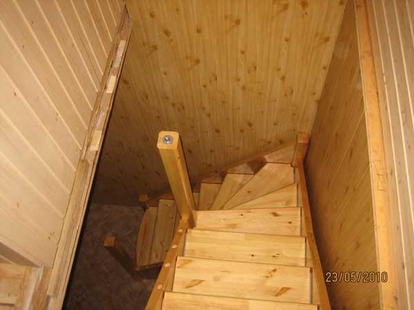 Простая лестница на второй этаж на даче