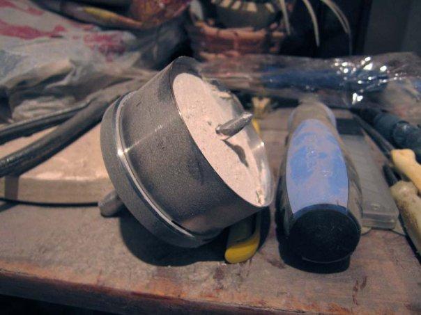поломаная коронка для высверливания ниш под электрические короба для розеток.